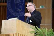 Frank Kelleter introduces keynote speaker Siva Vaidhyanathan